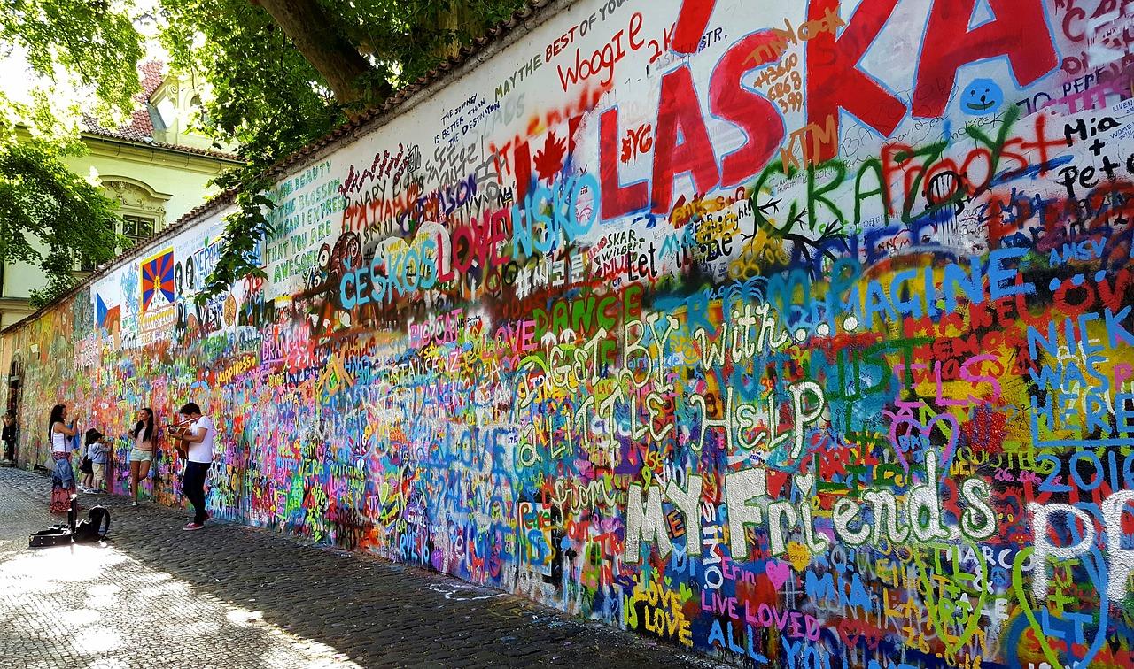 Eine Mauer mit buntem Grafitti.